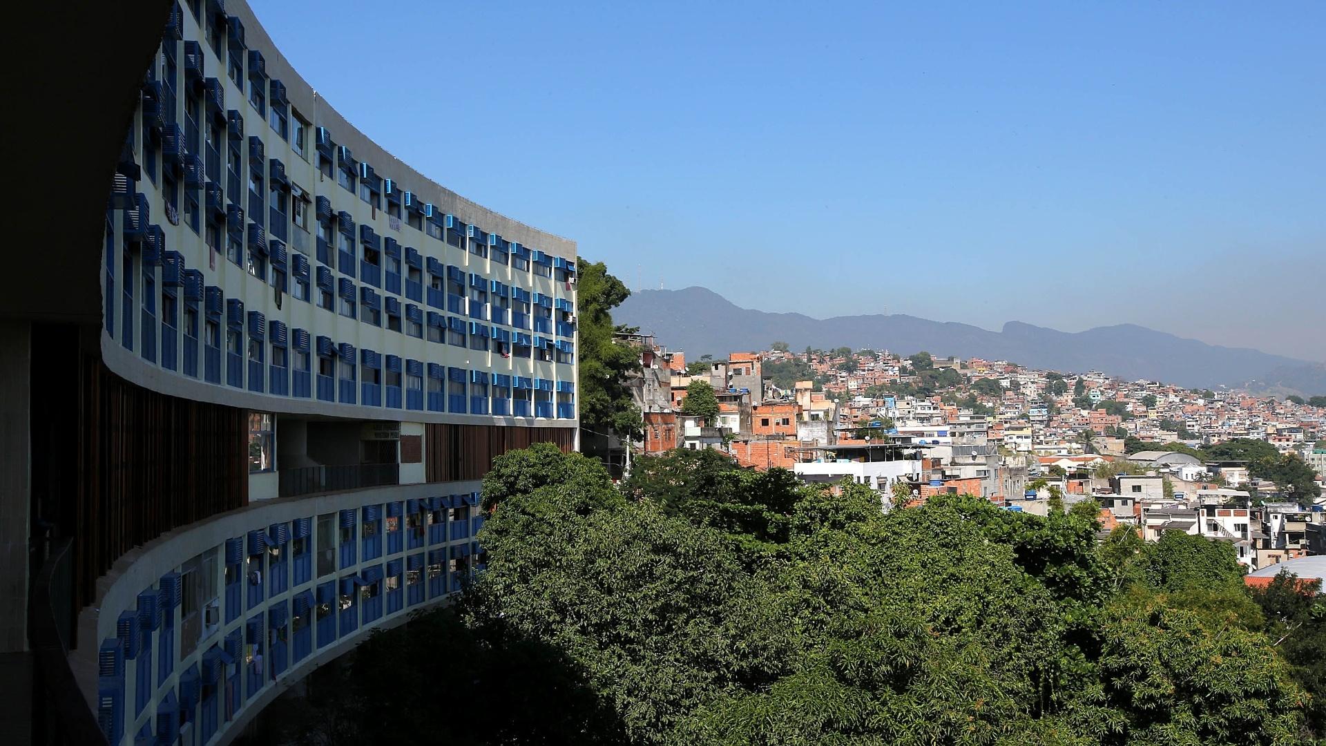 27.mai.2015 - O principal prédio do conjunto Pedregulho fica ao lado da favela do Tuiuti, que possui uma UPP (Unidade de Polícia Pacificadora) desde abril de 2013. O maior edifício tem 272 apartamentos e sete pavimentos. Outros dois blocos têm 28 apartamentos cada um