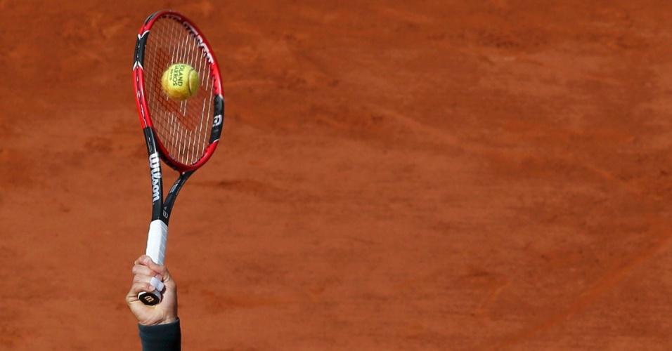 02.jun.2015 - Tenista Roger Federer da Suíça saca para seu compatriota Stanislas Wawrinka durante o torneio de tênis Aberto da França no estádio de Roland Garros, em Paris, na França
