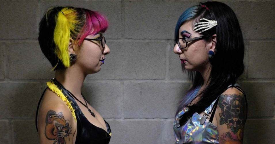 2.jun.2015 - Com tatuagens e cabelo coloridos, jovens participam da