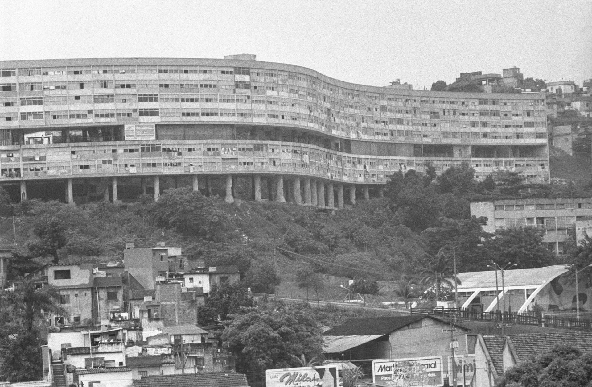 30.dez.1986 - Décadas após a conclusão da construção do conjunto habitacional Pedregulho, em 1952, o edifício sofreu com deterioração e falta de manutenção