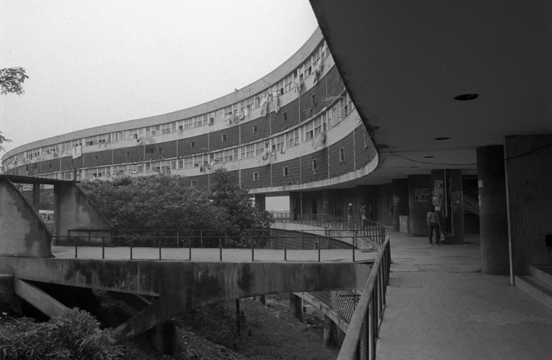 30.dez.1986 - Décadas após a conclusão da construção do conjunto habitacional Prefeito Mendes de Moraes, mais conhecido como Pedregulho, em 1952, o edifício sofreu com deterioração e falta de manutenção