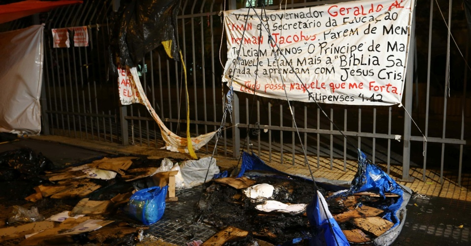 3.jun.2015 -- Barracas de professores grevistas da rede estadual de SP foram queimadas na tarde desta quarta (3)