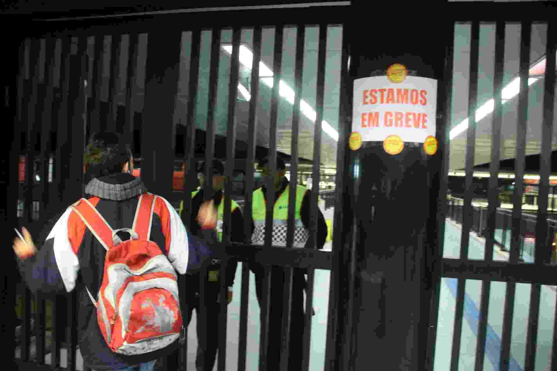 3.jun.2015 - A estação Tamanduateí, da linha 10-turquesa da CPTM (Companhia Paulista de Trens Metropolitanos), amanheceu fechada nesta quarta-feira (3). Os funcionários decidiram, em assembleia na noite de terça-feira (2), entrar em greve. Os ferroviários pedem aumento salarial e de benefícios - Amauri Nehn/Brazil Photo Press/Estadão Conteúdo