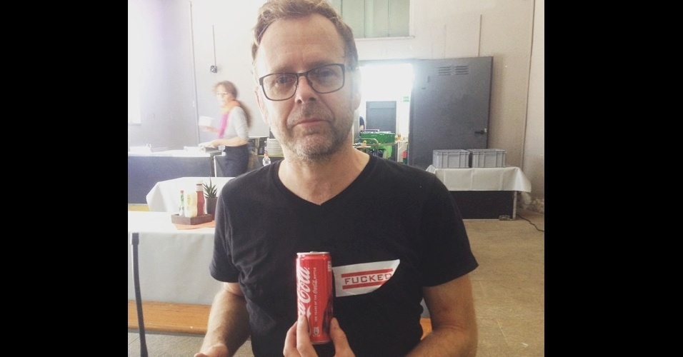 """3.jun.2015 - Após o """"Desafio do Balde de Gelo"""", a nova mania das redes sociais é segurar uma Coca-Cola com os peitos. Apesar de um tanto estranha, a ação envolve uma causa mais que nobre: a conscientização sobre o câncer de mama. Com muito humor e uma pitada de sensualidade, homens e mulheres de diversas partes do mundo já aderiram a campanha com a publicação de suas performances no Instagram e no Twitter com a hashtag #HoldACokeWithYourBoobsChallenge"""