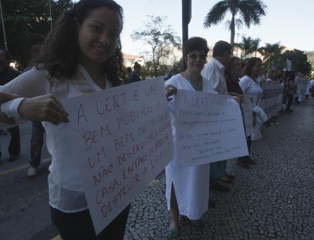 3.jun.2015 - Aproximadamente 500 pessoas, entre funcionários, alunos e professores da Uerj (Universidade Estadual do Rio de Janeiro), participaram de um abraço simbólico no prédio da universidade, no Maracanã, na Zona Norte da cidade. De acordo com uma das organizadoras do ato, a professora de Educação Física, Tatiane Alves, afirmou que o objetivo é pedir o fim da violência