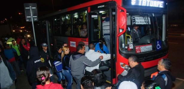 Greve nos trens provoca lotação e longas filas para usuários nas paradas de ônibus - Peter Leone/Futura Press/Estadão Conteúdo