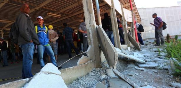 Passageiros tentam entrar à força em estação e PM usa bombas de gás - Marcos Bezerra/Futura Press/Estadão Conteúdo