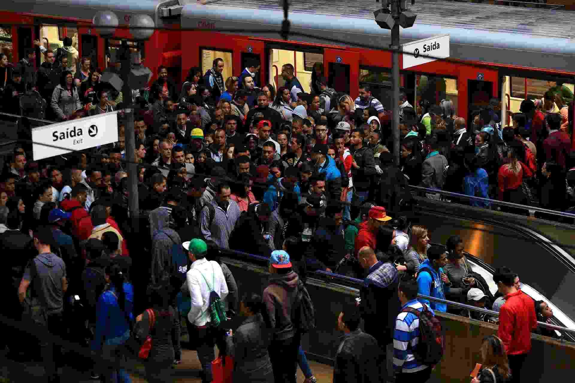 3.jun.2015 - Estação Luz da CPTM (Companhia Paulista de Trens Metropolitanos) funciona parcialmente na manhã desta quarta- feira em São Paulo. Os funcionários da CPTM decidiram, em assembleia na noite anterior entrar em greve. Os trens das linhas 7-Rubi (Luz-Jundiaí), 10-Turquesa (Brás-Rio Grande da Serra), 11-Coral (Luz-Estudantes, em Mogi das Cruzes) e 12-Safira (Brás-Calmon Viana) não circulam desde a meia-noite. Apenas as Linhas 8-Diamante e 9-Esmeralda devem funcionar normalmente - Hélvio Romero/Estadão Conteúdo