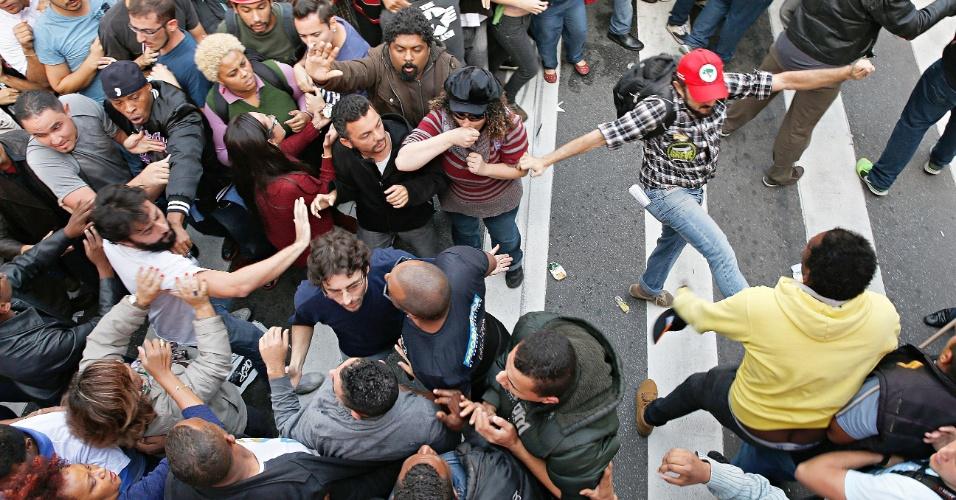 3.jun.2015 - Manifestantes entram em confronto durante assembleia no vão livre do Masp, na Avenida Paulista, em São Paulo, na tarde de hoje. Iniciada em 13 de março, a greve dos professores da rede estadual paulista de ensino completa nesta quarta-feira (3) 83 dias e supera a greve de 82 dias realizada em 1989, segundo o sindicato que representa a categoria (Apeoesp). Os professores votaram pela continuidade da greve
