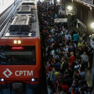 Passageiros esperam para entrar em trem da CPTM (Companhia Paulista de Trens Metropolitanos) na estação da Luz