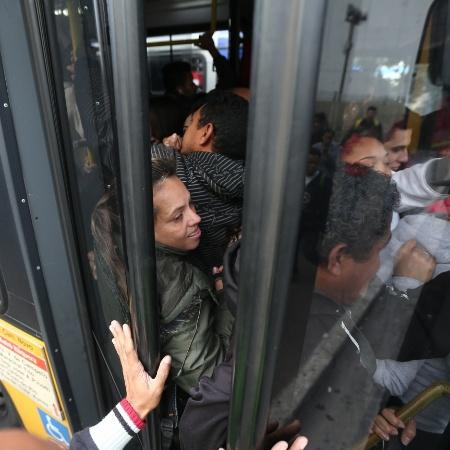 3.jun.2015 - Passageiros tentar embarcar em ônibus lotado no Itaim Paulista, zona leste de São Paulo (SP) - Danilo Verpa/Folhapress