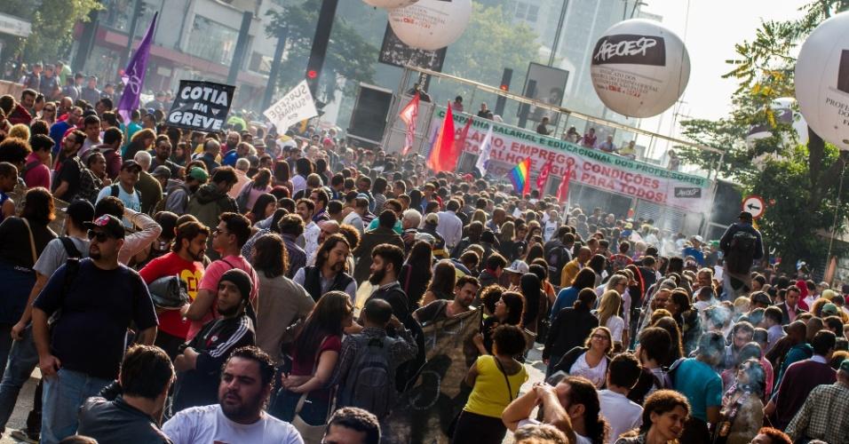 3.jun.2015 - Professores em greve fazem assembleia no vão livre do Masp, na Avenida Paulista, em São Paulo, na tarde de hoje. Iniciada em 13 de março, a greve dos professores da rede estadual paulista de ensino completa nesta quarta-feira (3) 83 dias e supera a greve de 82 dias realizada em 1989, segundo o sindicato que representa a categoria (Apeoesp). Uma assembleia será realizada hoje para decidir se a paralisação continua. Segundo a CET, a faixa da direita, próxima ao Masp, está interdita, mas a manifestação ainda não afeta o trânsito da região