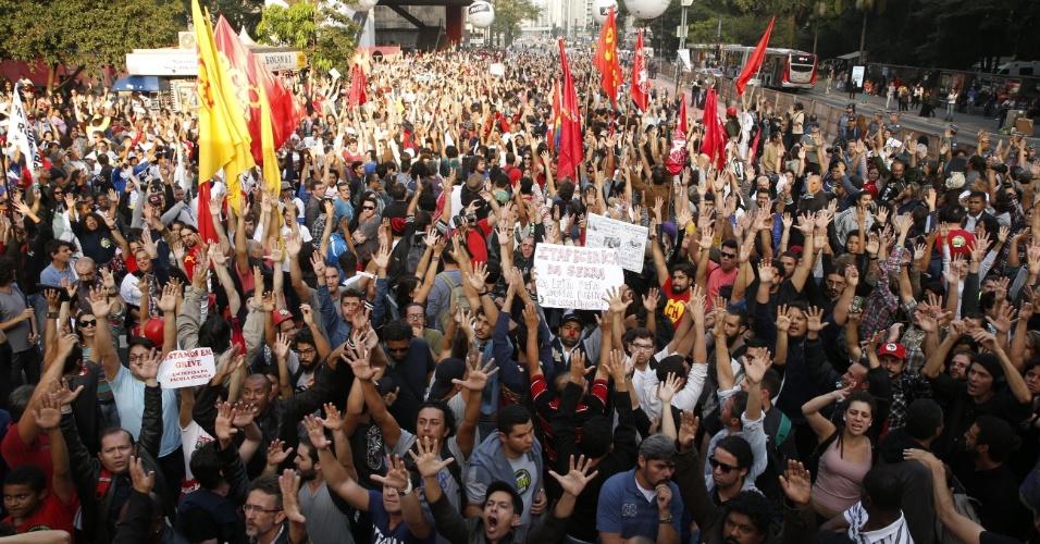 3.jun.2015 - Professores votam pela continuidade da greve no vão livre do Masp, na Avenida Paulista, em São Paulo. Iniciada em 13 de março, a greve dos professores da rede estadual paulista de ensino completa nesta quarta-feira (3) 83 dias e supera a greve de 82 dias realizada em 1989, segundo o sindicato que representa a categoria (Apeoesp)