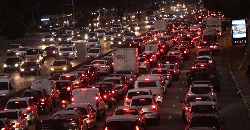 3.jun.2015 - Trânsito intenso na avenida Tiradentes, próximo a Estação da Luz da CPTM, sentido Marginal Tietê, em São Paulo (SP), nesta quarta-feira (3)