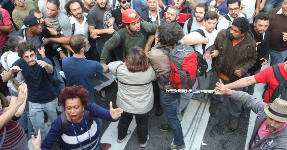 3.jun.2015 - Tumulto em frente ao vão livre do Masp, na Avenida Paulista, em São Paulo, onde professores se concentravam para mais uma assembleia na tarde desta quarta-feira (03)