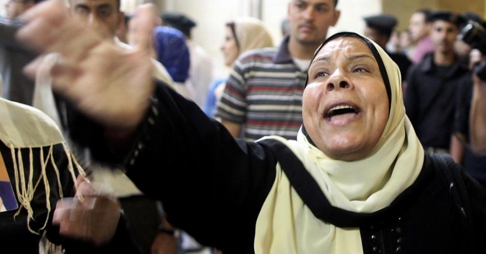 4.jun.2015 - Apoiadora do ex-presidente egípcio Hosni Mubarak protesta na Suprema Corte, no Cairo, nesta quinta-feira (4), durante a decisão do tribunal de que seja refeito o julgamento de Mubarak sobre a acusação de cumplicidade na morte de manifestantes durante a revolução de 2011. O ex-presidente, que no último dia 16 foi condenado à morte, não poderá recorrer. O novo julgamento deve começar em 5 de novembro