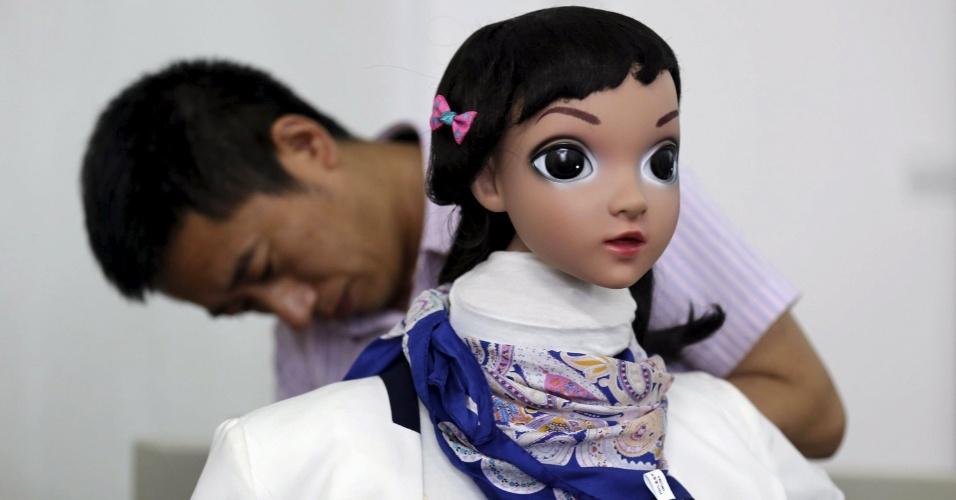 4.jun.2015 -  Universidade chinesa realiza primeira aula ministrada por um robô. A robô, projetada por uma equipe de pesquisa da universidade, é capaz não só de ensinar as lições para as quais foi programada, mas também de estabelecer interações simples com os estudantes que formam sua audiência.