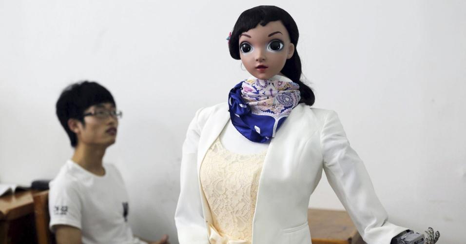4.jun.2015 - Universidade chinesa realiza primeira aula ministrada por um robô. A Universidade Jiujiang, da província chinesa de Jiangxi realizou a primeira aula dada por uma professora robô do país. Xiaomei, como é chamada a professora-robô, baseou sua primeira aula em Jiujiang em uma apresentação de PowerPoint
