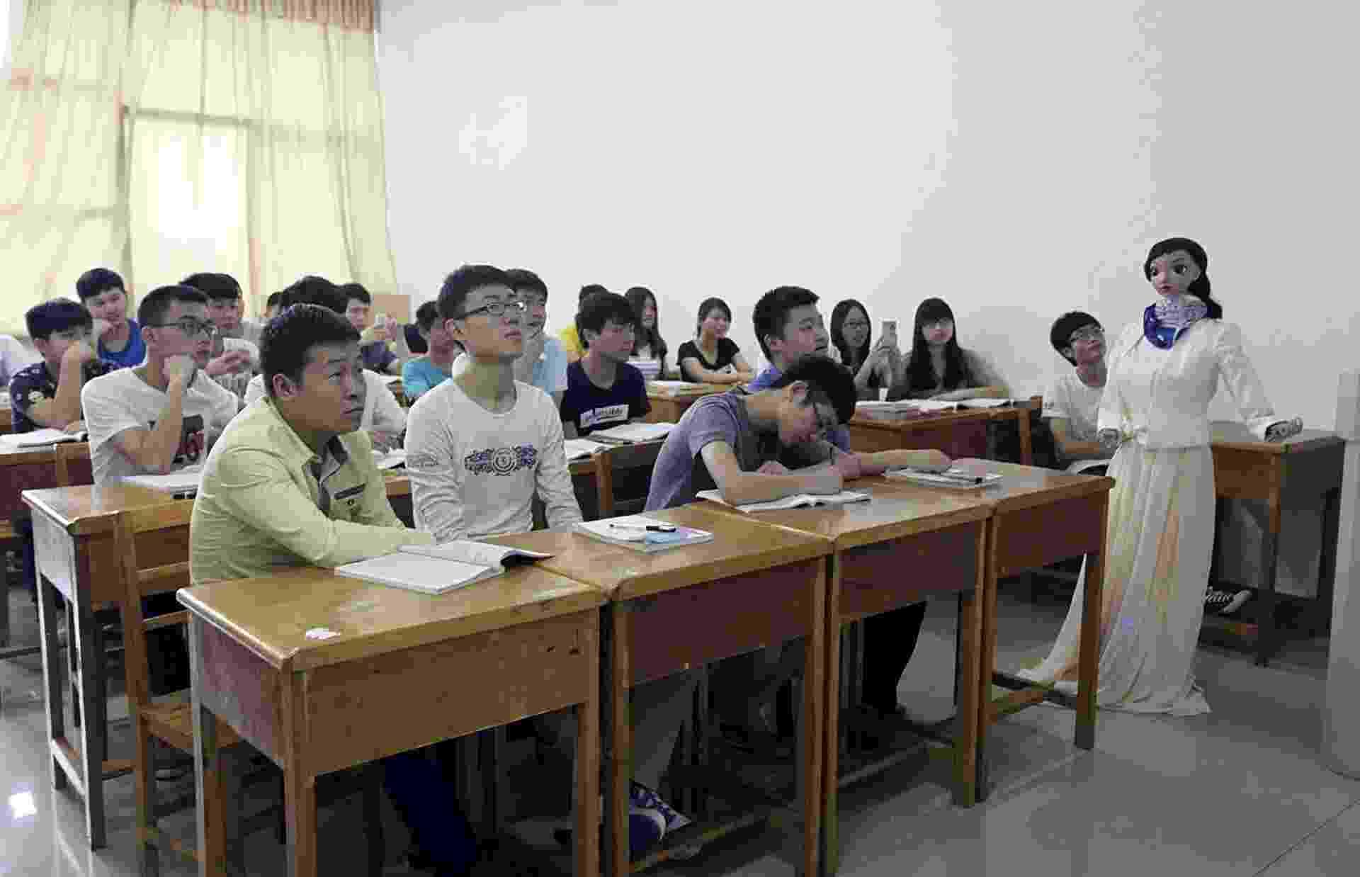 4.jun.2015 -  Universidade chinesa realiza primeira aula ministrada por um robô. Xiaomei, como é chamada a professora-robô, baseou sua primeira aula em Jiujiang em uma apresentação de PowerPoint e, enquanto ensinava a lição, gesticulava com seus braços articulados e se deslocava pela sala de aula - China Daily/ Reuters