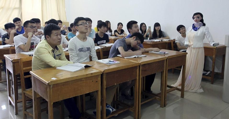 4.jun.2015 -  Universidade chinesa realiza primeira aula ministrada por um robô. Xiaomei, como é chamada a professora-robô, baseou sua primeira aula em Jiujiang em uma apresentação de PowerPoint e, enquanto ensinava a lição, gesticulava com seus braços articulados e se deslocava pela sala de aula