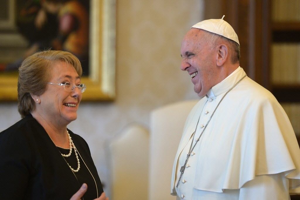 5.jun.2015 - A presidente do Chile, Michelle Bachelet, e o papa Francisco, riem durante encontro no Vaticano
