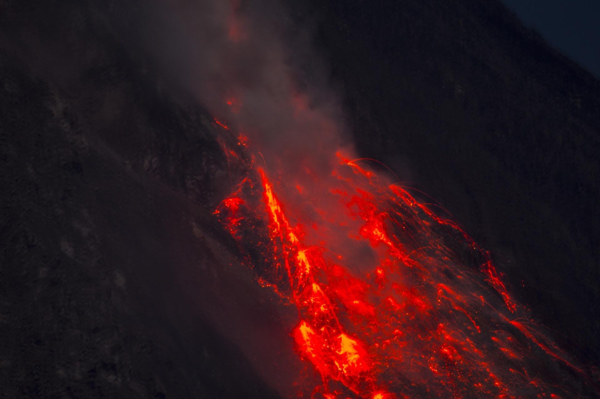 6.jun.2015 - Lava escorre para baixo da encosta do Monte Sinabung, neste sábado (6), na ilha de Sumatra. Cerca de 3.000 pessoas foram retiradas de suas casas depois que o vulcão --um dos 129 ativos na Indonésia-- entrou em erupção. Na última quinta-feira (4), em função do grande aumento de atividade vulcânica, o governo indonésio emitiu um alerta máximo e autorizou o Exército a executar o plano de evacuação