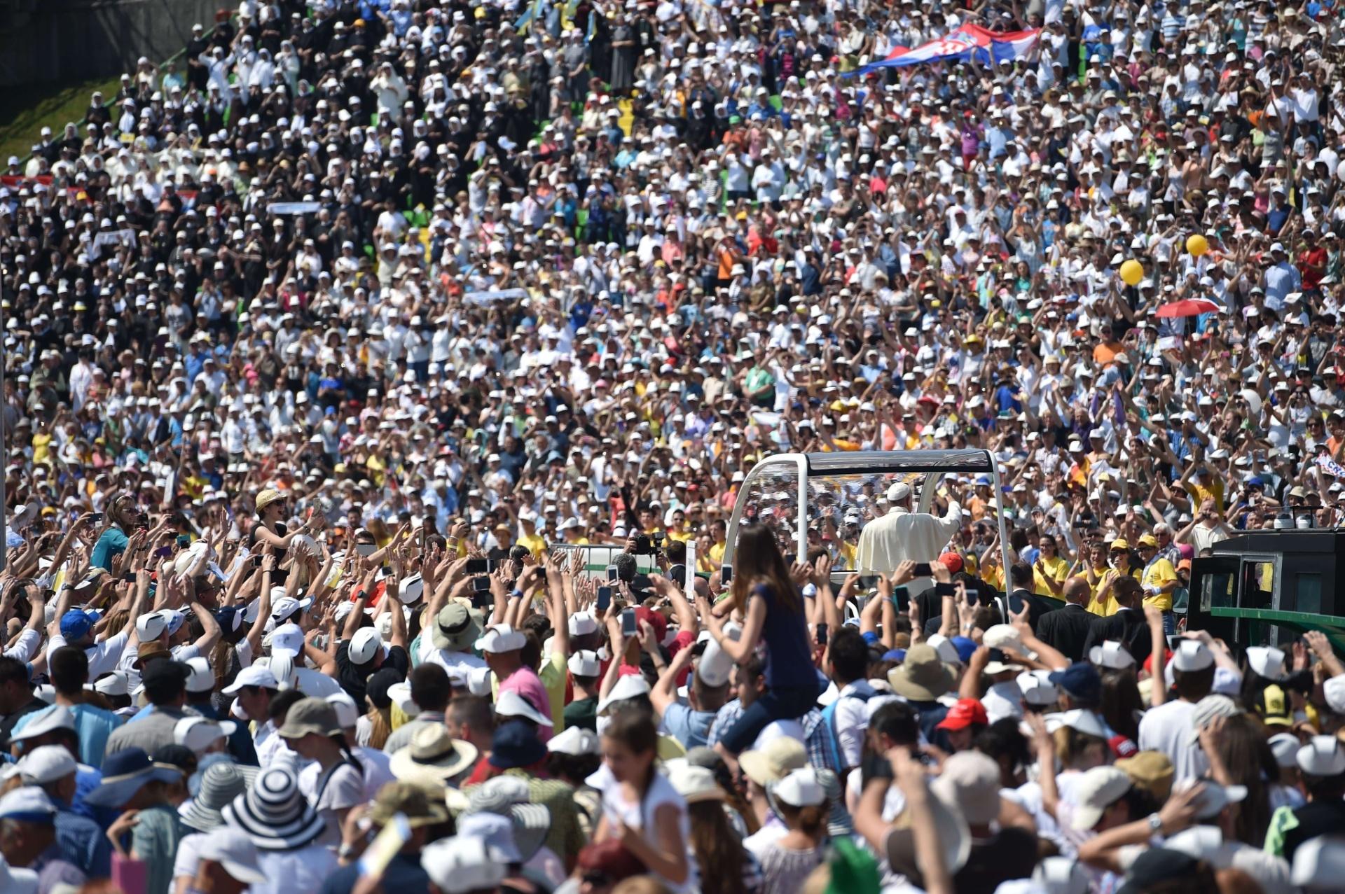 6.jun.2015 - Milhares de pessoas vibram com a chegada do papa Francisco neste sábado (6) ao estádio de Sarajevo, na Bósnia-Herzegóvina, onde o pontífice celebrou uma missa. Em discurso, o chefe da Igreja Católica afirmou sentir um