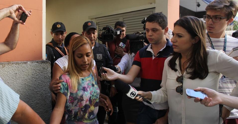 7.jun.2015 - Leila Lima, 26, refém do ônibus sequestrado na zona sul do Rio de Janeiro (RJ) neste domingo (7), deixa delegacia da 12ªDP. O sequestrador, ainda não identificado, tem cerca de 30 anos e se entregou depois da chegada de homens do 19ºBPM em Copacapana