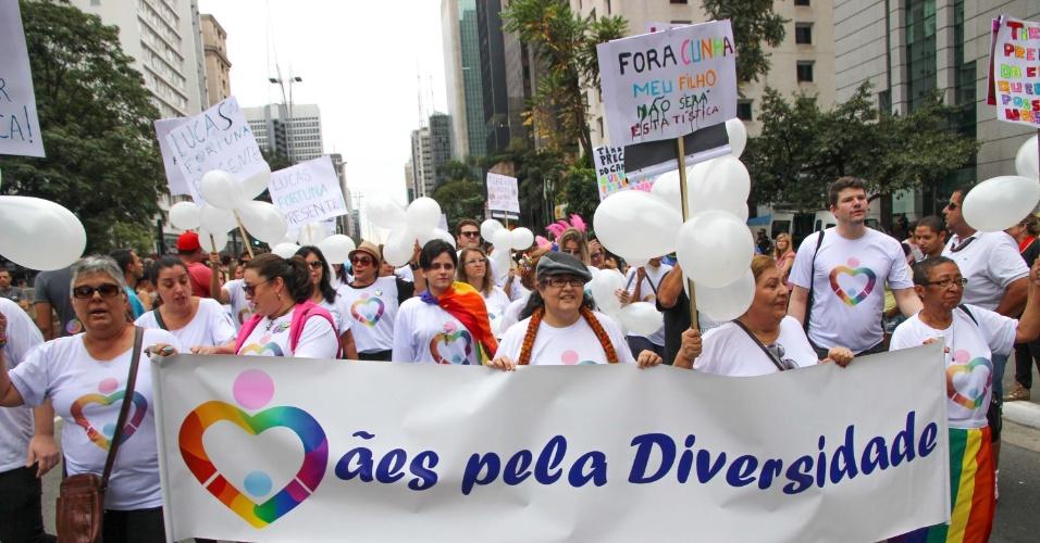 7.jun.2015 - Mães protestam da 19ª edição da Parada Gay de São Paulo, que acontece neste domingo, na avenida Paulista, região central de São Paulo. O tema deste ano é