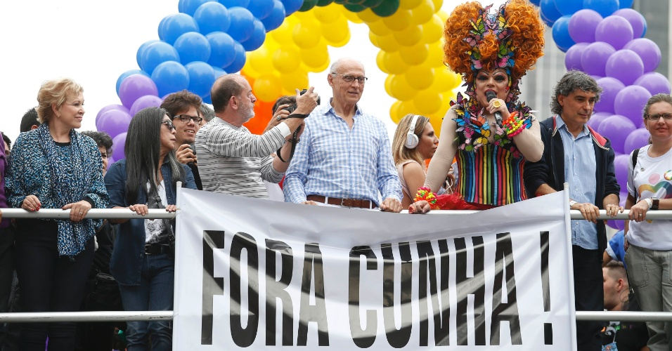 7.jun.2015 - O ex-senador e atual secretário municipal de Direitos Humanos e Cidadania de São Paulo, Eduardo Suplicy, participa do desfile da Parada Gay no centro da capital paulista, neste domingo (7). No alto do carro de som, uma faixa pede a saída do presidente da Câmara dos Deputados, Eduardo Cunha (PMDB)