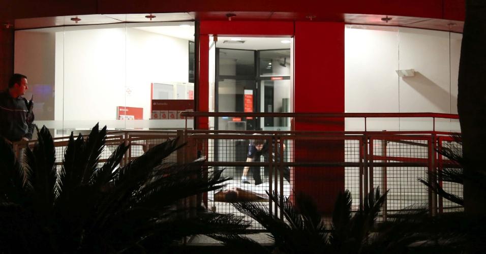 7.jun.2015 - O porteiro Décio Filgueiras dos Santos foi assassinado em tentativa de assalto dentro de uma agência bancária localizada na avenida Doutor Guilherme Dumont Villares, na região do Morumbi, na zona sul de São Paulo, na noite de sábado (6). Segundo informações da polícia, Décio sacava quantia em dinheiro no caixa eletrônico da agência quando foi abordado por um criminoso ainda não identificado. A vítima foi baleada na cabeça. O crime será investigado pelo DHPP (Departamento de Homicídios e Proteção à Pessoa), da Polícia Civil de SP