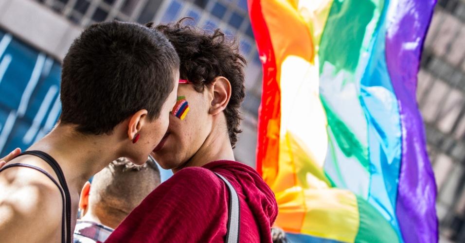 7.jun.2015 - Participantes se beijam durante 19ª edição da Parada Gay de São Paulo que acontece neste domingo (7), na avenida Paulista, região central de São Paulo. O tema deste ano é