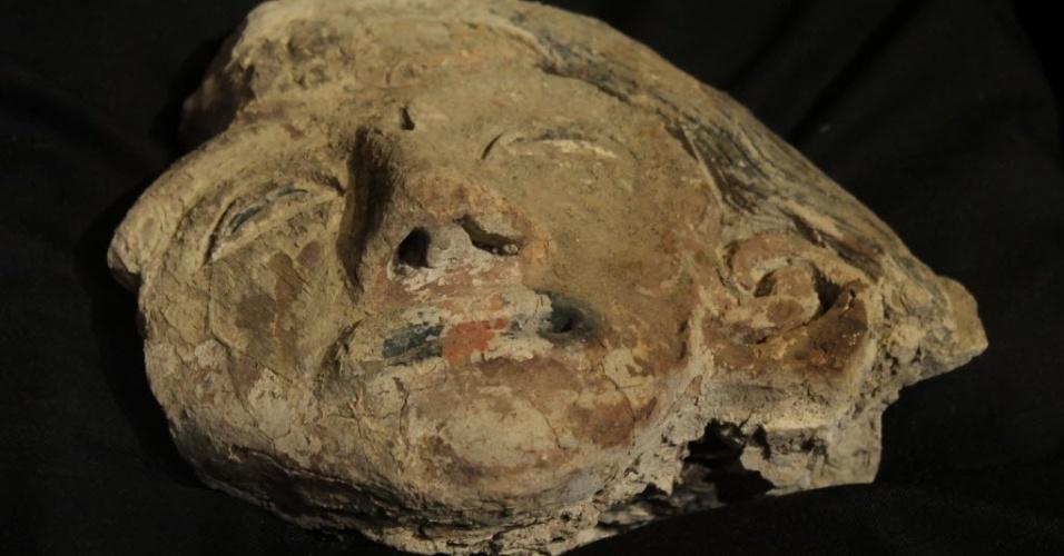 8.jun.2015 - A cabeça de uma estátua de barro policromada com cerca de 3.800 anos foi encontrada no sítio arqueológico