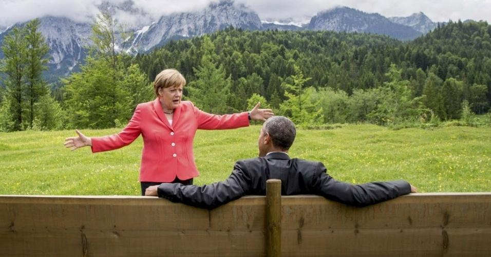 8.jun.2015 - A chanceler alemã, Angela Merkel, fala com o presidente dos Estados Unidos, Barack Obama, do lado de fora do castelo Elmau, na Alemanha. Merkel, pediu aos líderes do G7 para se comprometerem com objetivos mais duros para cortar os gases causadores do efeito estufa no último dia da cúpula do Grupo dos Sete nos Alpes da Baviera