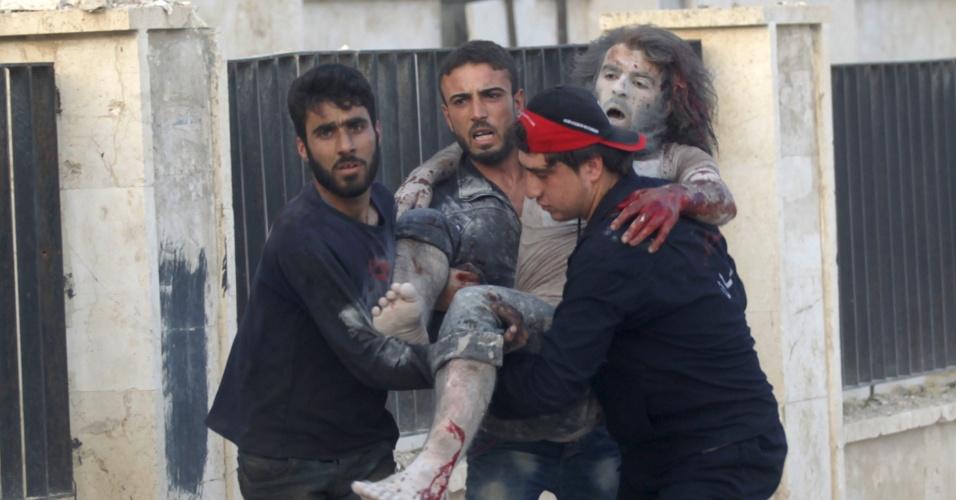 8.jun.2015 - Moradores carregam um homem ferido no local que foi alvo de bombardeios realizados por forças leais ao presidente sírio, Bashar al-Assad, em Maarat al-Nouman, no sul de Idlib, na Síria, nesta segunda-feira (8)