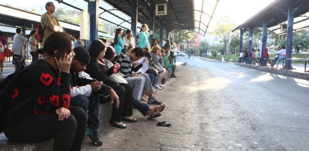 Passageiros aguardam na estação Diamante em dia de paralisação do serviço de ônibus municipais, em Belo Horizonte (MG), em 2015