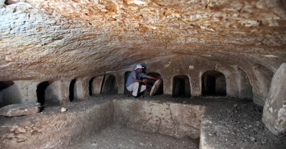 8.jun.2015 - Pesquisador do Serviço de Arqueologia da Palestina examina um cemitério arqueológico encontrado na área da cidade de Jenin. O local data da era romana