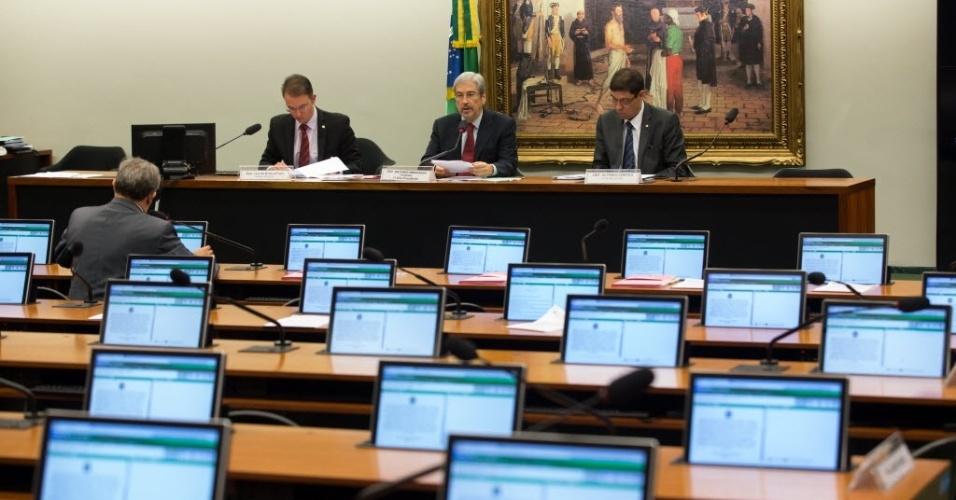 8.jun.2015 - Sessão da CPI da Petrobras fica vazia após o feriado. Na tarde desta segunda-feira (8), os depoimentos ouvem sete funcionários da estatal com participação nas obras da Refinaria do Nordeste (Rnest), também conhecida como Refinaria de Abreu e Lima, em Pernambuco, e na Refinaria Henrique Lage (Revap), em São José dos Campos (SP). Quem coordena os trabalhos na sessão de hoje é o primeiro vice-presidente da CPI, Antonio Imbassahy (PSDB-BA).