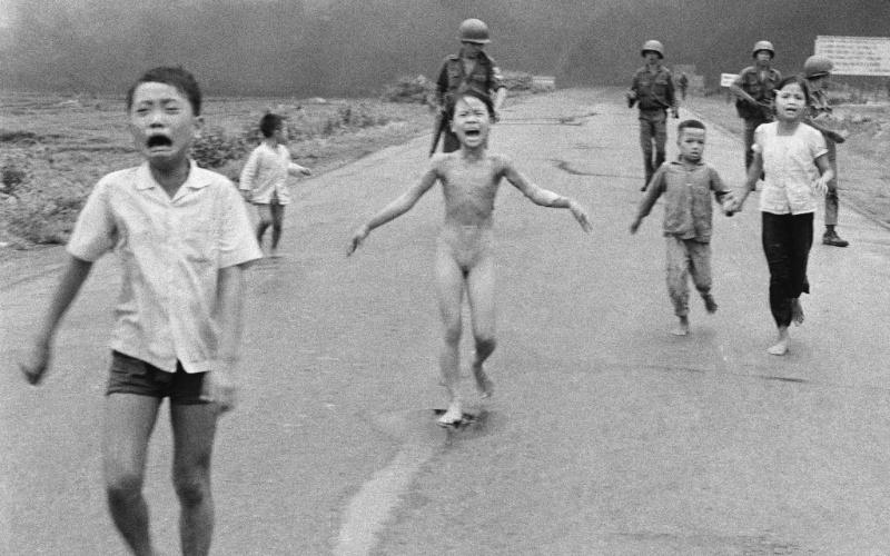 """9.jun.2015 - Em 8 de junho de 1972, o fotógrafo Huynh Cong """"Nick"""" Ut registrou a foto que viria a ser o símbolo da Guerra do Vietnã. Já em 8 de junho de 2015, precisamente 43 anos depois, Nick Ut voltou ao mesmo lugar para registrar mais memórias com um equipamento completamente diferente: um iPhone 5"""