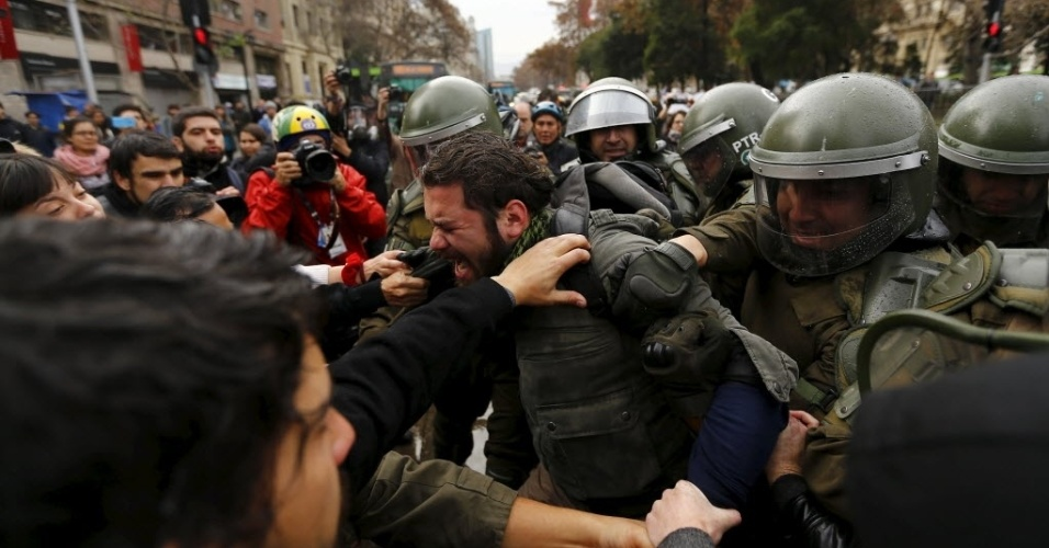 9.jun.2015 - Estudantes e policiais entram em confronto durante uma manifestação para exigir mudanças no sistema de ensino, em Santiago, Chile