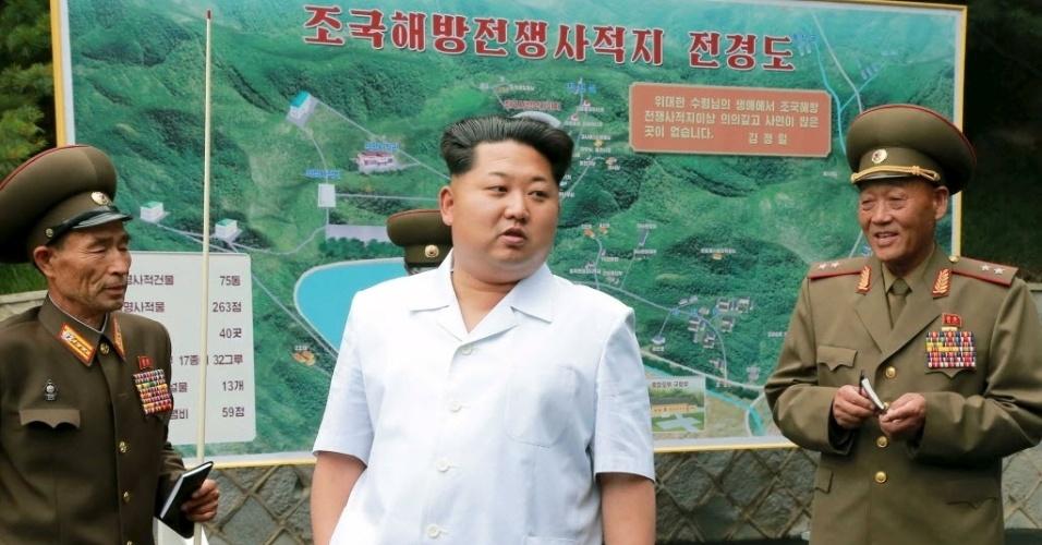 9.jun.2015 - O ditador norte-coreano Kim Jong-un orienta autoridades em um local histórico relacionado com a Guerra das Coreias, em Pyongyang, nesta foto sem data definida divulgada pela Agência de Notícias norte-coreana (KCNA)