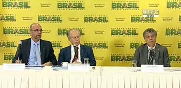 9.jun.2015 - O ministro Renato Janine Ribeiro (centro) disse que o Enem 2015 registrou 8,4 milhões de inscritos