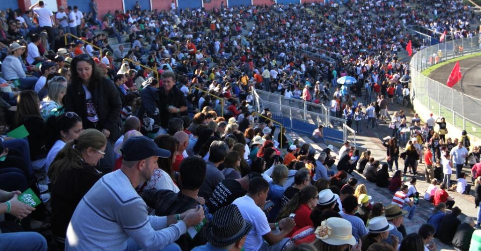 9.jun.2015 - Professores ocupam as arquibancadas do Estádio Dorival de Britto (Vila Capanema), em Curitiba, na manhã desta terça-feira, para a assembleia que pode por fim à greve da categoria