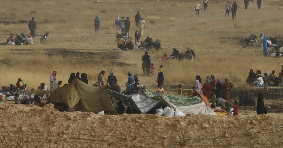 9.jun.2015 - Refugiados sírios esperam perto das cercas da fronteira com a Turquia. Mais de 230.000 pessoas morreram, incluindo quase 11.500 crianças, desde o início do conflito na Síria há quatro anos, segundo o Observatório Sírio dos Direitos Humanos