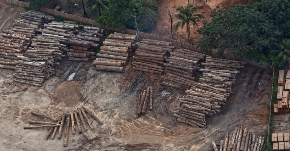 9.jun.2015 - Serrarias do município de Uruará, no Pará, são flagradas em operação durante sobrevoo do Greenpeace. Os créditos do plano de manejo da Fazenda Agropecuária Santa Efigênia, que fraudou inventários florestais, foram comercializados com 22 serrarias, sendo que 16 estão localizadas no próprio município. A imagem foi feita em 5 de junho de 2015