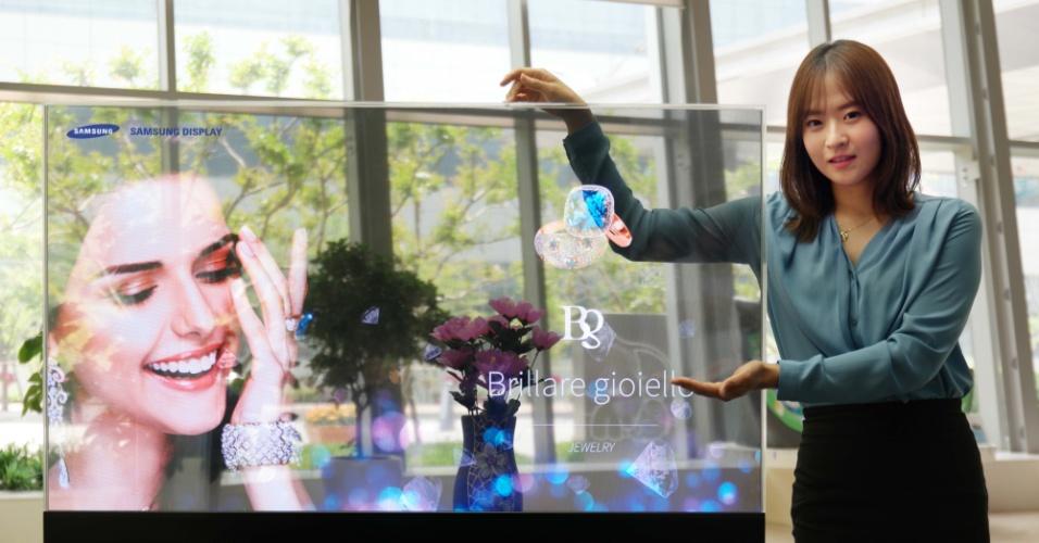 """10.jun.2015 - A Samsung apresentou uma nova linha de display OLED com telas 75% reflexíveis e 40% de reflexibilidade. Segundo a empresa sul-coreana, o dispositivo fornece uma plataforma de visualização digital para tornar a experiência de compra visualmente mais atraente. A tecnologia é integrada à solução Intel Real Sense --um closet interativo ou um guarda-roupa """"automoldável"""" que possibilita que os consumidores vejam roupas e outros itens de uma perspectiva """"realista e customizada"""""""
