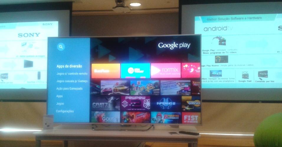 10.jun.2015 - A Sony lançou nesta quarta-feira (10) as primeiras TVs com plataforma Android no Brasil. São quatro modelos 4K (de 49, 55, 65 e 75 polegadas) e três modelos full HD (de 50, 55 e 75 polegadas) que devem chegar ao mercado em julho a partir de R$ 4.999. Elas terão acesso ao Google Play e a outros serviços do Google, como comando por voz e conexão com dez dispositivos simultaneamente. O serviço inclui 120 apps disponíveis, como Netflix e Crackle