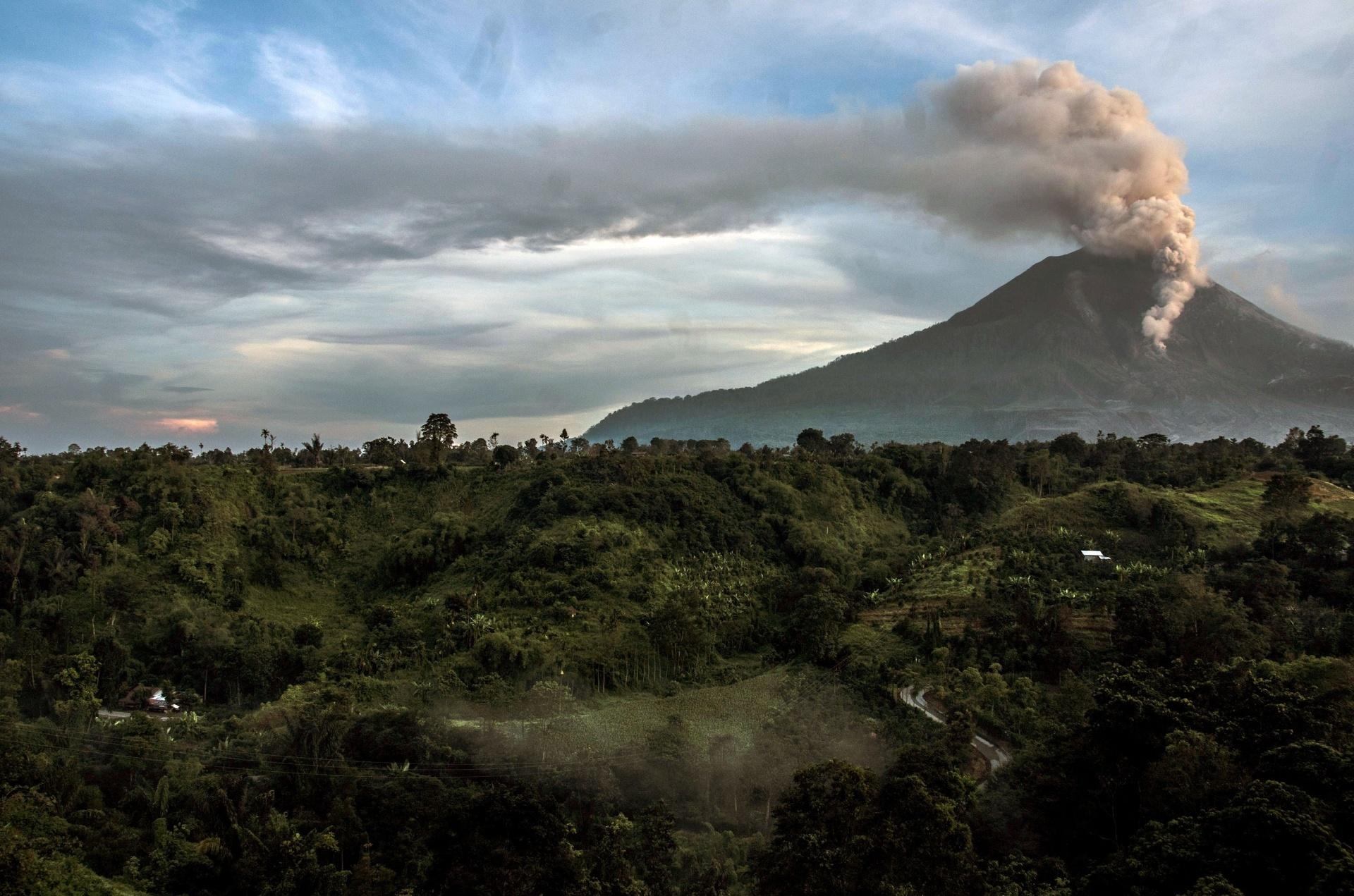 10.jun.2015 - Em erupção há uma semana, o vulcão Sinabung expele cinzas e fumaça. A atividade vulcânica obrigou a evacuação de uma comunidade com cerca de 3.000 pessoas em seus arredores, na ilha de Sumatra, na indonésia