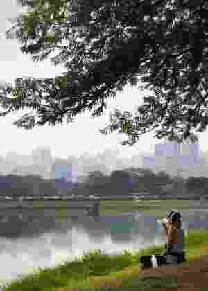 Arquivo - Jovem bebe água em dia de calor do Parque Ibirapuera, zona sul de São Paulo - Zanone Fraissat/Folhapress