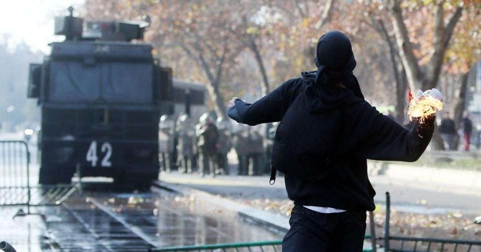 10.jun.2015 - Manifestante entra em confronto com a polícia durante protestos de estudantes, apoiados por professores, para tornar pública a proposta da reforma da educação que será debatida pelo Parlamento nesta quarta-feira (10), em Santiago, no Chile